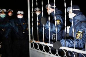 Путин виноват? Украинцы чуть не забили камнями своих жён и детей