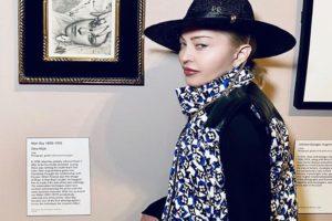 """""""Не смогла сдержать слез"""": Мадонна упала со стула и расплакалась на сцене во время концерта в Париже"""