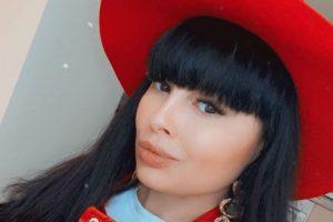 «Пожирали меня»: Нелли Ермолаева ужаснула фанатов снимком с искусанными руками и ногами