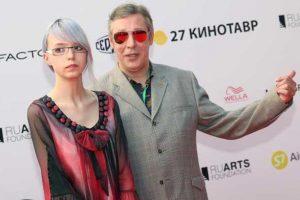 Дочь МИхаила Ефремова, которая является трансгендером, оскорбила Малахова в Twitter