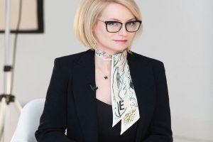Эвелина Хромченко показала, как выглядит без очков и с нарощенными волосами
